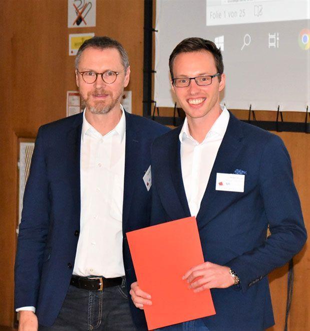 """Den zweite Platz beim """"Nachwuchspreis bester Vortrag"""" verdiente sich Robert Kroyer (rechts) von der ETH Zürich, ehem. UniBW mit einem Beitrag zu FEM-gestützten Bemessung von Druckstäben, Foto: Hochschule München."""