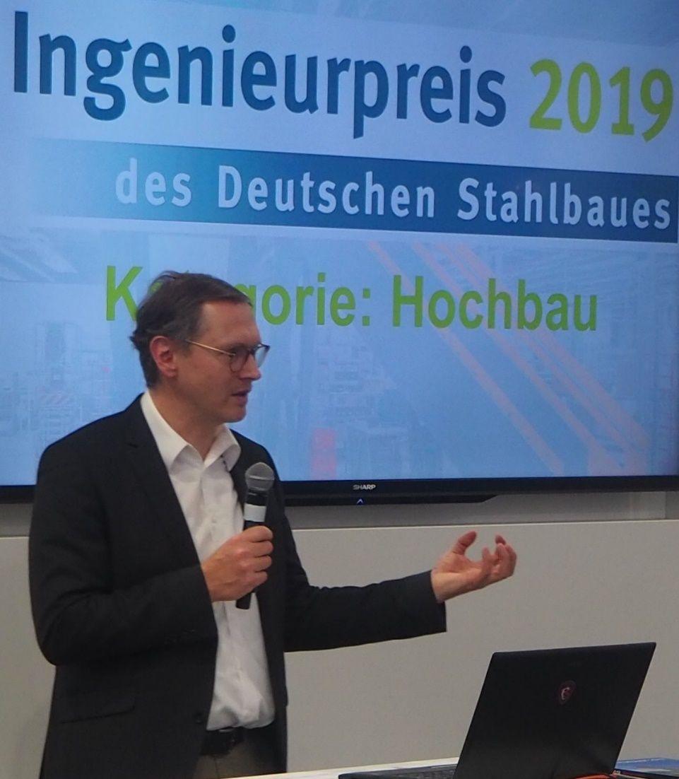 Stahlbau-Chefredakteur Dr. Bernhard Hauke moderiert die Verleihung des Ingenieurpreis 2019